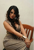 mahie-gill-hot-and-spicy-pics-09